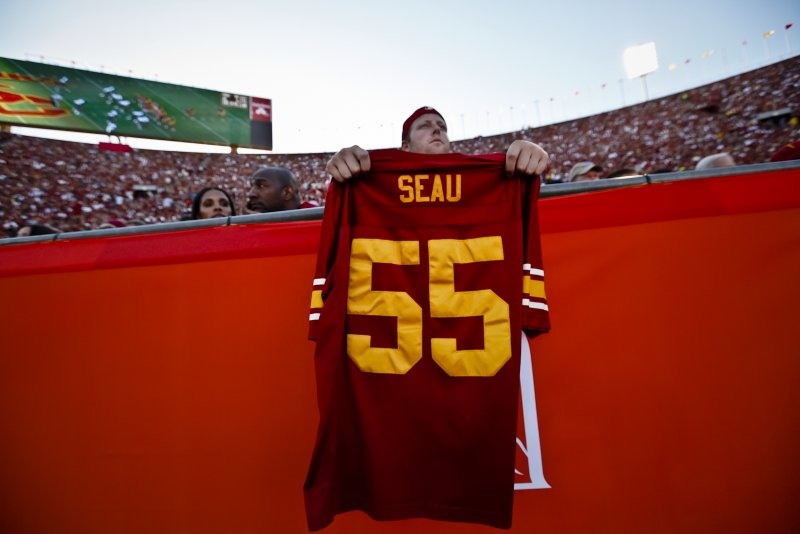 info for a518a bd027 USC honored the late linebacker Junior Seau with a moment of ...