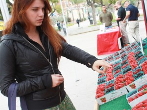 Healthy choices · Autumn Chiklis, a freshman majoring in theatre, buys fruit on Thursday at the weekly farmers market on Trousdale. - Sarah Wu | Daily Trojan
