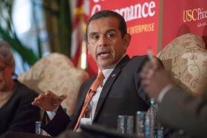 Moving · Los Angeles Mayor Antonio Villaraigosa talks about  updating the city's transportation at an event held in the Town and Gown ballroom. - Ralf Cheung | Daily Trojan