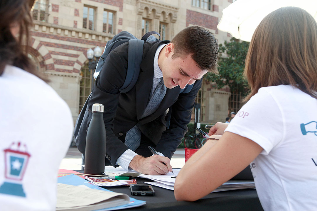 Jenny Chung | Daily Trojan Your vote, your voice · USC's Unruh Institute of Politics and 10 other organizations set up booths next to Tommy Trojan on Tuesday and offered students the forms they needed to register to vote in California.