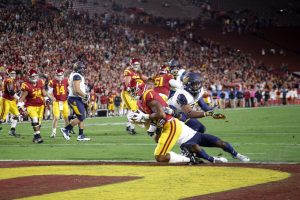 Darreus Rogers catches a slant for a touchdown in Thursday night's win over Cal - Trevor Sochocki | Daily Trojan