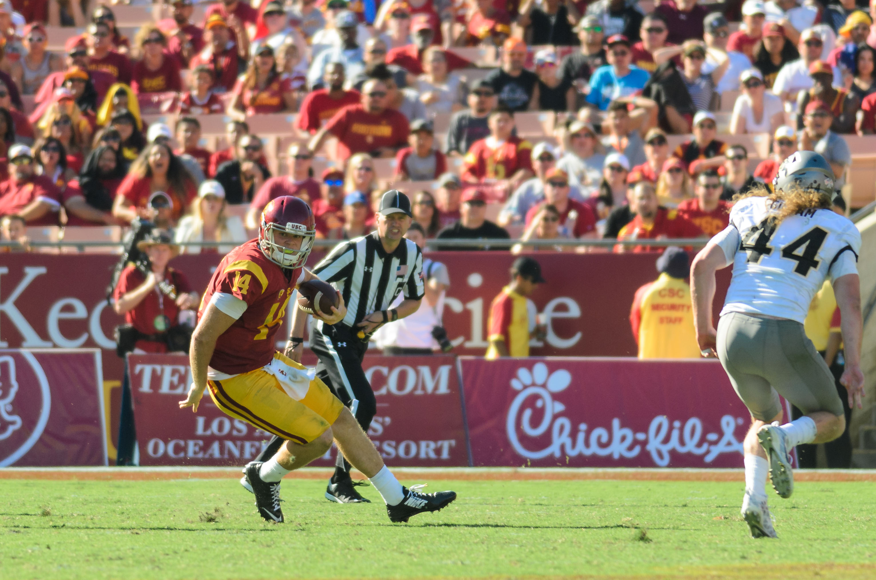 Benjamin Dunn | Daily Trojan Catch me if you can · Redshirt freshman quarterback Sam Darnold has frustrated opposing defenses with  his scrambling ability. Head coach Clay Helton attributed some of his elusiveness to practicing against good players.